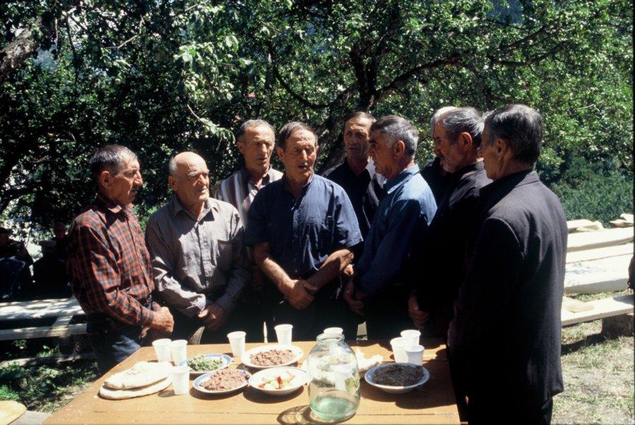 chór śpiewający Zar w czasie pogrzebu, Wyprawa do Gruzji 2001, foto Kamila Klamut