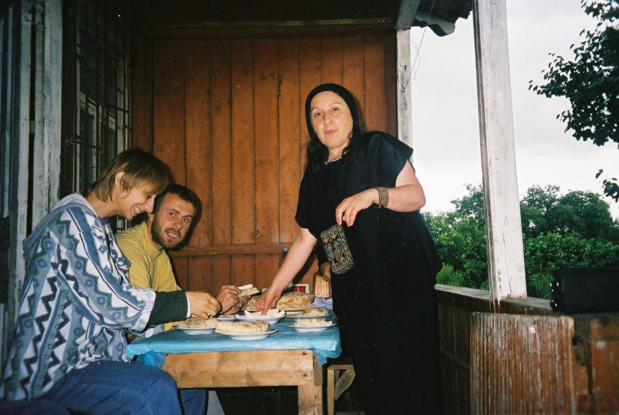Lija Salakaja, Kamila Klamut i Jarosław Fret w szkole śpiewu przy Katedrze Sioni w Tbilisi, Wyprawa do Gruzji 2000