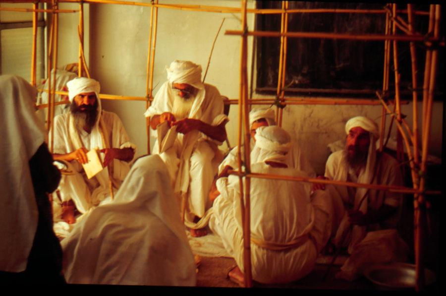 Kapłani mandejscy w świątyni Manda, wyprawa do Iranu 1999, foto: Jarosław Fret